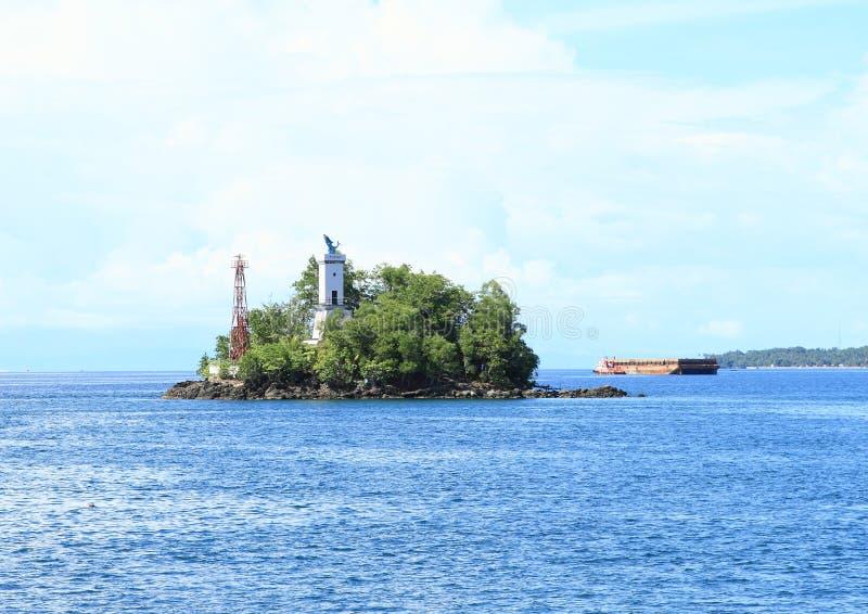 Download Ilha com o farol foto de stock. Imagem de montanha, banco - 65575644