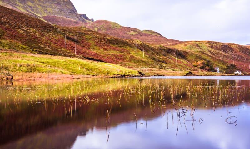 Ilha da paisagem de Skye - ancião de Storr - reflexão das montanhas no lago imagens de stock royalty free