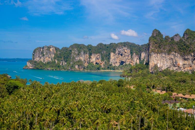 Ilha da pedra calcária sbay em Krabi Ao Nang e Phi Phi, Tailândia foto de stock