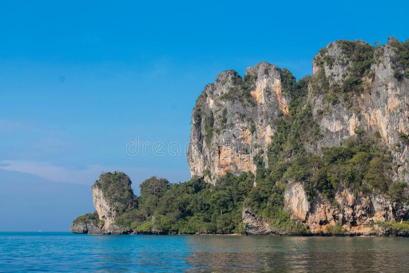 Ilha da rocha da pedra calcária no mar de Andaman Tailândia imagem de stock royalty free