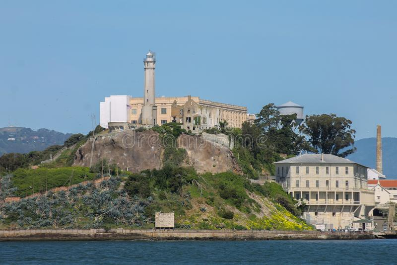 Ilha de Alcatraz em um dia ensolarado o fim inteiro da ilha acima imagem de stock royalty free