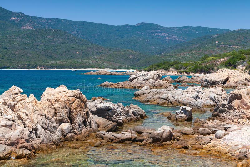 Ilha de Córsega, paisagem litoral selvagem com pedras fotos de stock royalty free