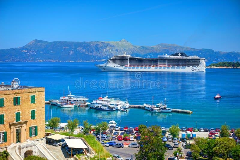 ILHA DE CORFU, GRÉCIA, JUNHO, 06, 2014: A vista no forro de passageiro turístico branco surpreendente gigante vip yachts no mar I foto de stock royalty free