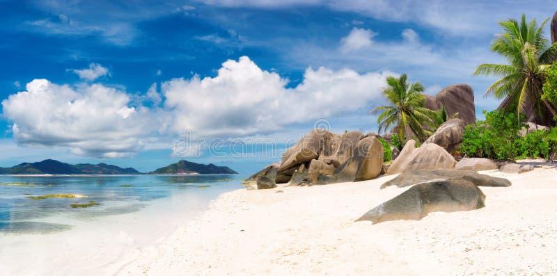 Ilha de Digue do La - panorama Praia do paraíso de Seychelles, ` da fonte d de Anse argento foto de stock