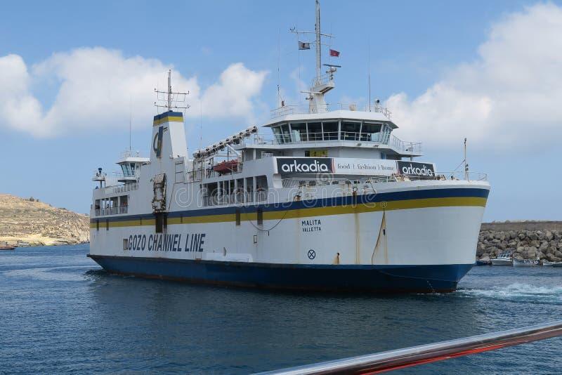 Ilha de Gozo, Malta - 3 de agosto de 2016: Linha porto de partida do canal de Gozo de Gozo da balsa imagem de stock