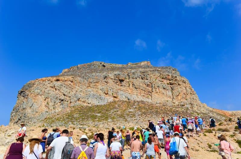 Ilha de Gramvousa, Grécia 12 de setembro de 2013 Acrowd dos turistas no pé da fortaleza antiga Ilha grega de Gramvous no th fotografia de stock