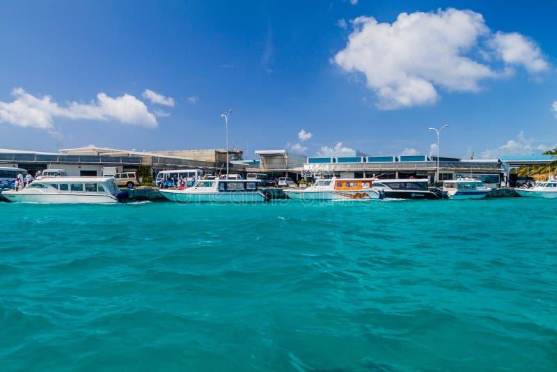 ILHA DE HULHULE, MALDIVAS - 11 DE JULHO DE 2016: Barcos no porto ao lado de Ibrahim Nasir International Airport no homem imagem de stock royalty free
