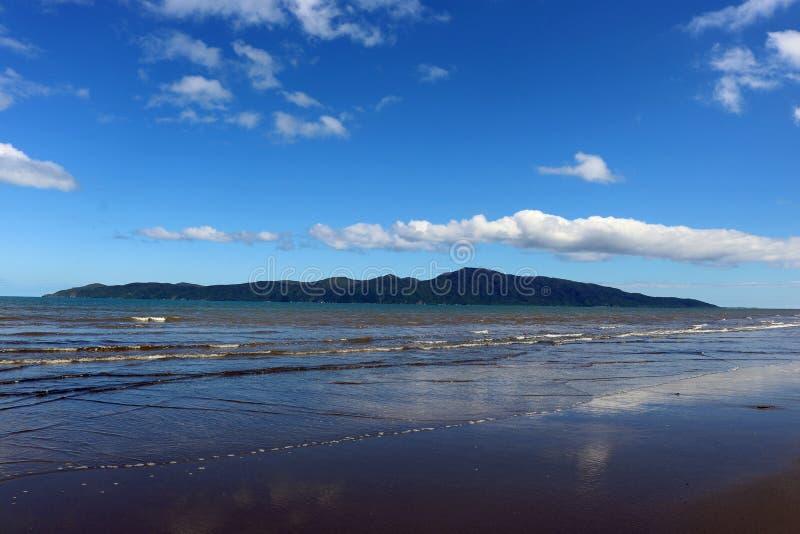 A ilha de Kapiti e as reflexões Raumati encalham, NZ foto de stock royalty free