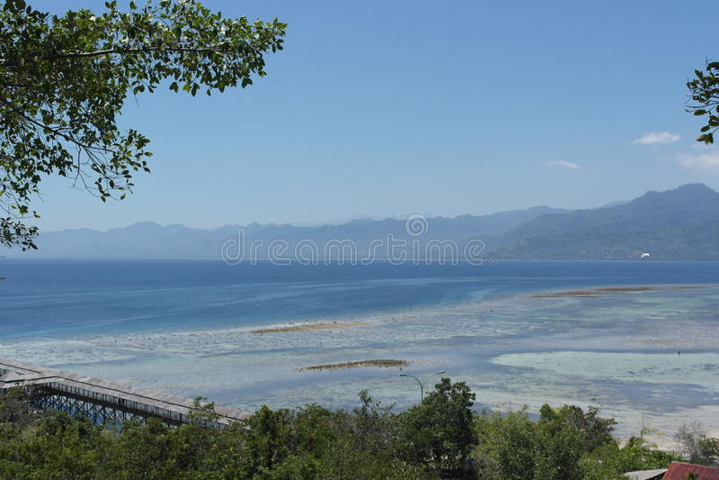 Ilha de Karampuang, uma parte pequena de céu foto de stock