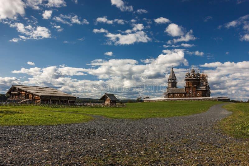 Ilha de Kizhi, Petrozavodsk, Carélia, Federação Russa - 20 de agosto de 2018: Arquitetura popular e a história da construção o fotografia de stock royalty free