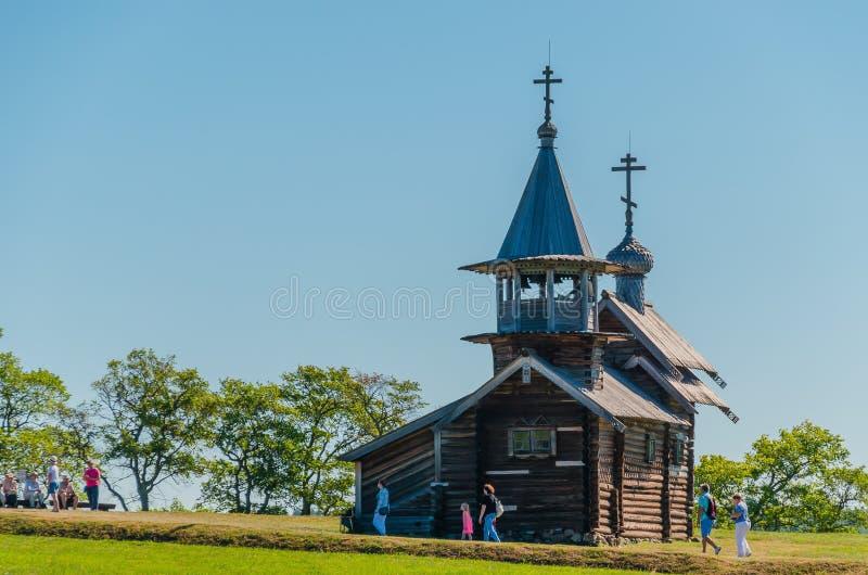 Ilha de Kizhi, Rússia - 07 19 2018: turistas na capela do arcanjo Michael Local do patrim?nio mundial do UNESCO em R?ssia ver?o fotografia de stock