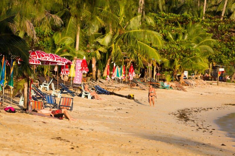 Ilha de Koh Chang com os turistas na praia em Tailândia fotografia de stock