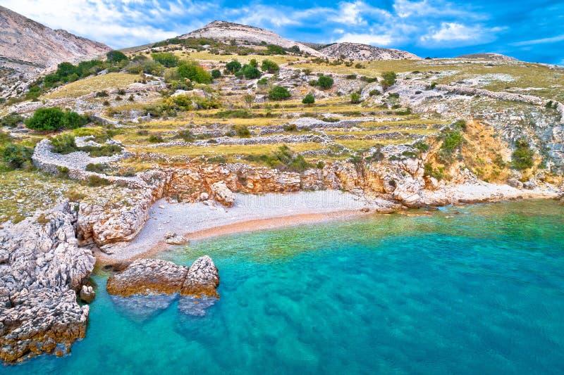 Ilha de Krk idyllic pebble Beach com paisagem karst, desertos de pedra de Stara Baska imagens de stock royalty free