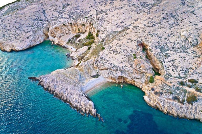 Ilha de Krk idyllic pebble Beach com vista aérea karst paisagem, desertos de pedra de Stara Baska fotos de stock