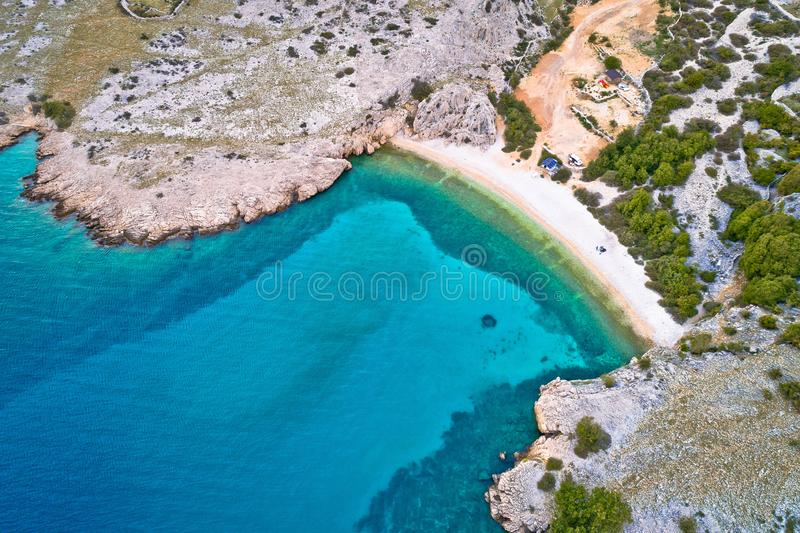 Ilha de Krk idyllic pebble Beach com vista aérea karst paisagem, desertos de pedra de Stara Baska foto de stock royalty free