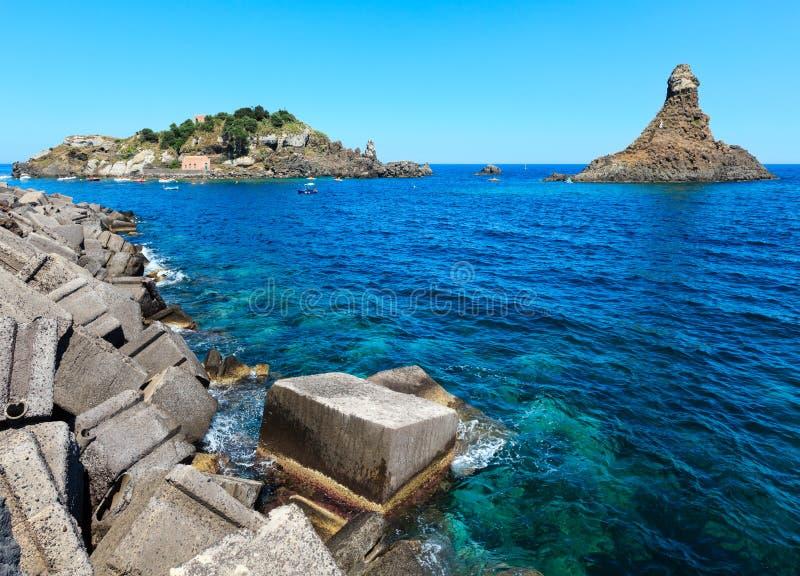 Ilha de Lachea em ACI Trezza, costa de Sicília foto de stock