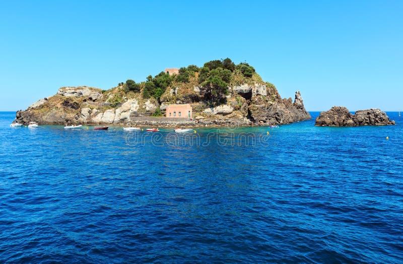 Ilha de Lachea em ACI Trezza, costa de Sicília fotografia de stock royalty free