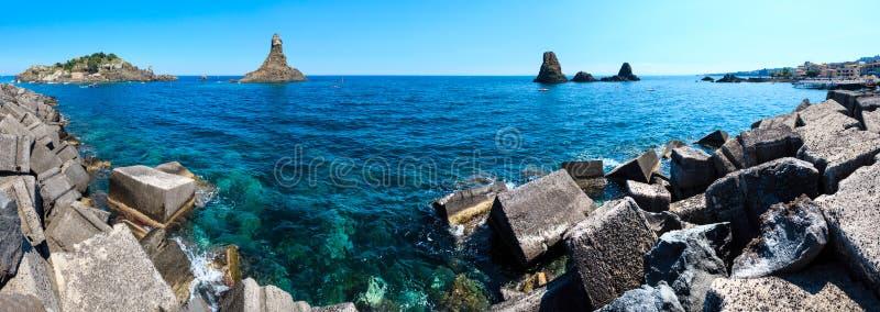 Ilha de Lachea em ACI Trezza, costa de Sicília foto de stock royalty free