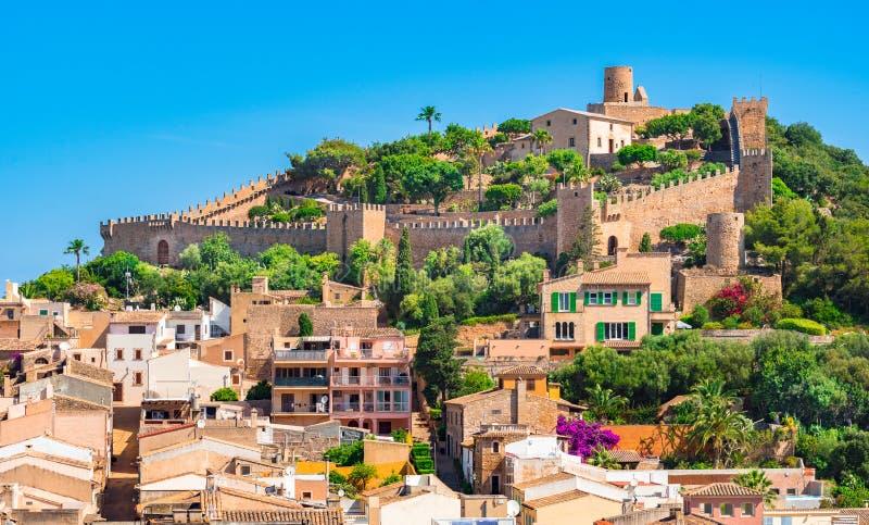 Ilha de Majorca da Espanha, vista do castelo histórico com a parede circunvizinha de Capdepera imagens de stock royalty free