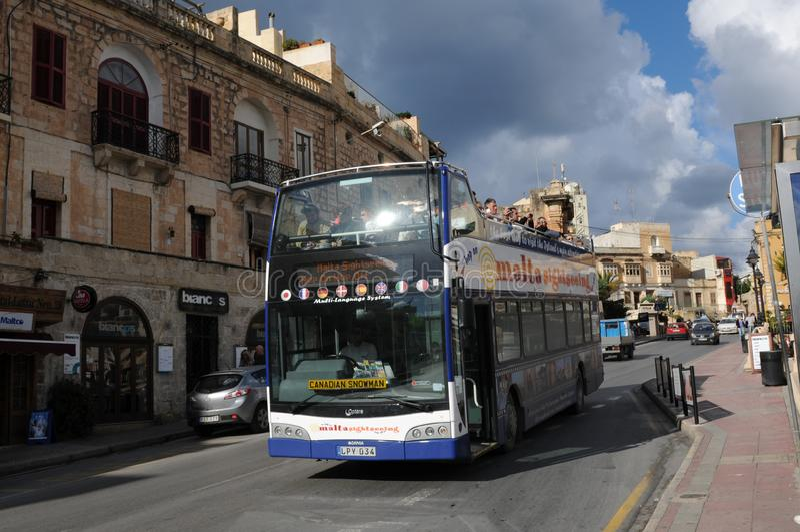 Ilha de Malta: Uma excursão sightseeing com um treinador que conduz através do capital valletta imagens de stock
