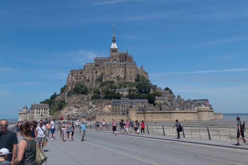 A ilha de Mont Saint Michel, França em um dia de verão bonito imagem de stock