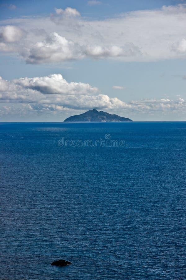 Ilha de Montecristo, vista de Chiessi, ilha do EL imagem de stock