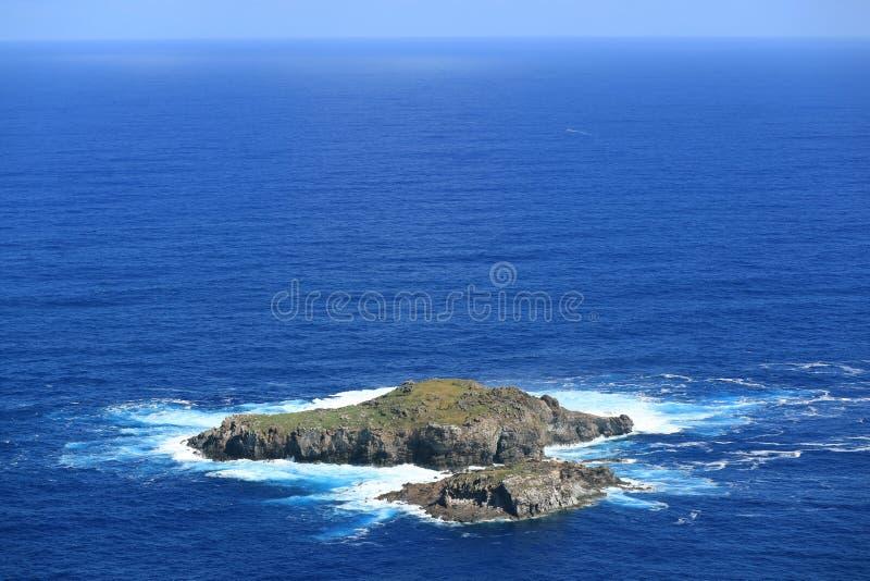 Ilha de Motu Nui, com a ilha menor de Motu Iti no Oceano Pacífico azul vívido como visto da vila de Orongo na Ilha de Páscoa, o C imagem de stock