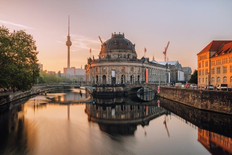Ilha de museu no rio da série e torre no fundo no nascer do sol em Berlim imagens de stock
