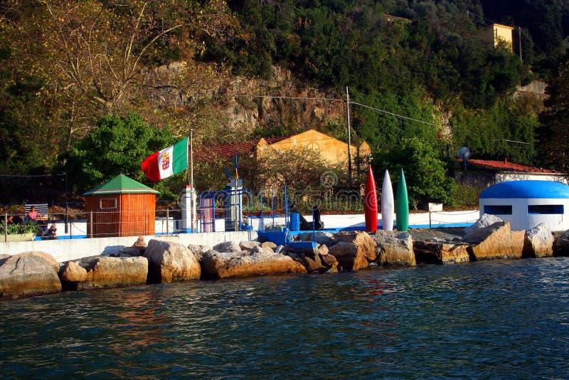 Ilha de Palmaria: banhando o estabelecimento com as rochas e o depósito italianos do beliche da bandeira fotografia de stock royalty free