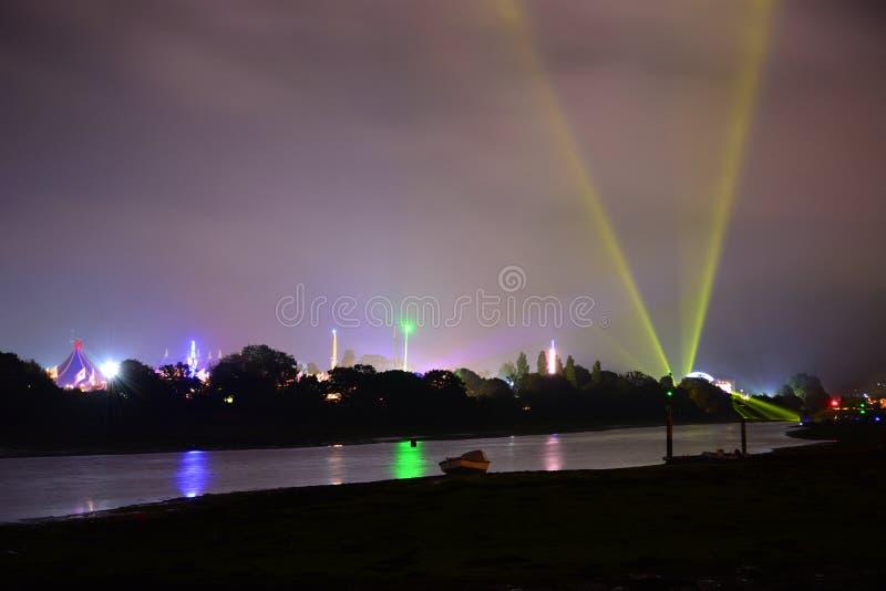 Ilha de passeios do festival do Wight na noite fotos de stock