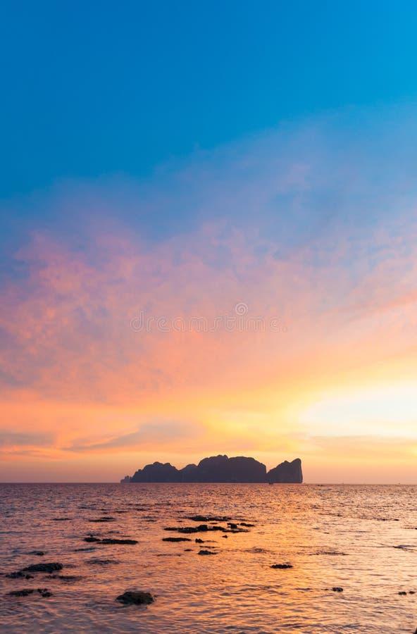 Ilha de Phi-Phi Lee no por do sol romântico colorido imagens de stock