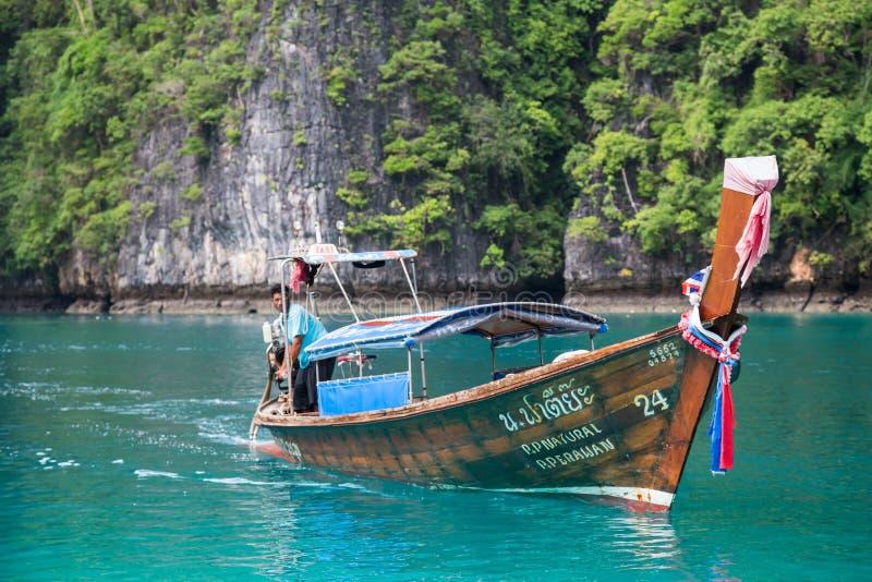 ILHA DE PHI PHI LEE, TAILÂNDIA - CERCA DO SETEMBRO DE 2015: O barco navega na lagoa de Pileh, ilha de Phi Phi Lee, mar de Andaman imagens de stock