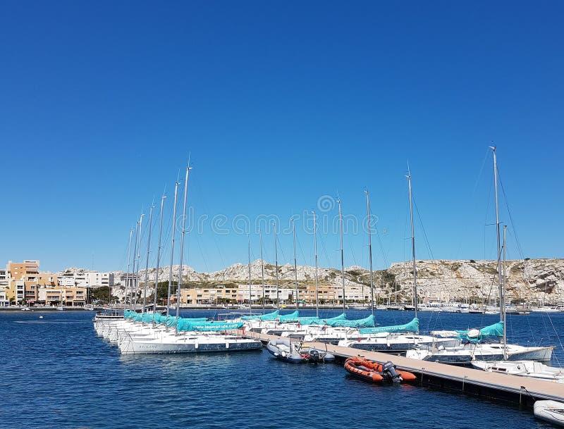 Ilha de Ratonneau, França - podem 8, 2017: O cais com esporte compete iate Carta patente de casco Área mediterrânea Estilo de vid fotografia de stock royalty free