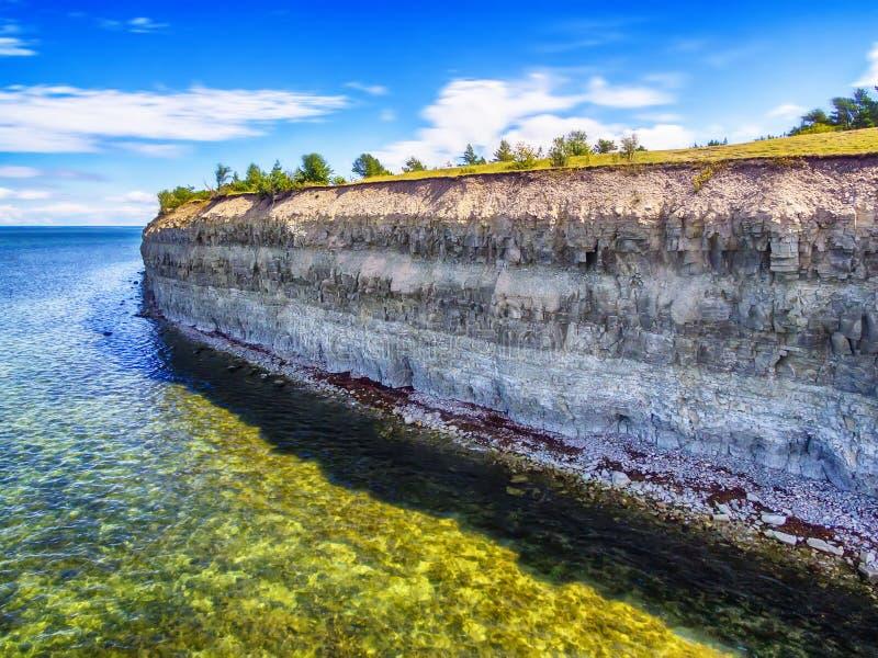 Ilha de Saarema, Estônia: Penhasco do Panga ou do Mustjala foto de stock royalty free