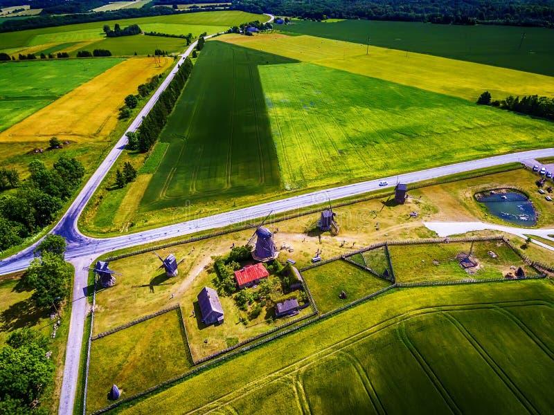 Ilha de Saarema, Estônia: vista superior aérea de campos do verão e de moinhos de vento de Angla na paróquia de Leisi imagens de stock royalty free