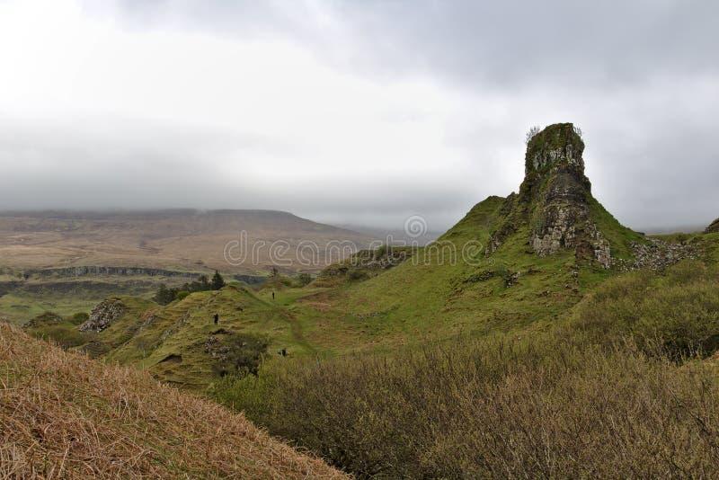 Ilha de Skye, Escócia - fortifique Ewen no vale feericamente, uma formação de rocha isolada que olha como uma torre antiga imagens de stock