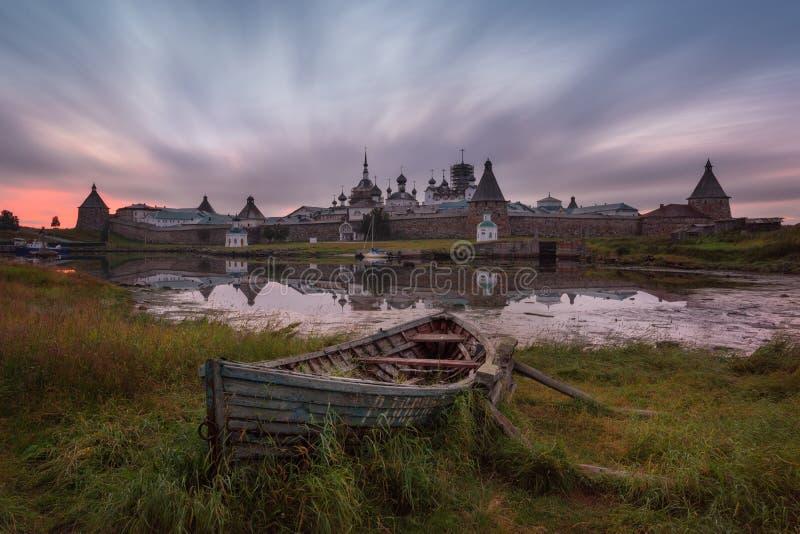 Ilha de Solovki, Rússia Vista cênico clássica do monastério da transfiguração de Solovetsky Spaso-Preobrazhensky e do barco velho imagem de stock