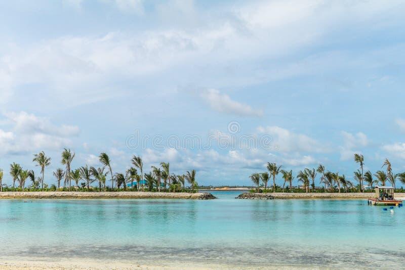 Ilha de surpresa em Maldivas, nas águas bonitas de turquesa e no Sandy Beach branco com fundo do céu azul para férias do feriado fotos de stock