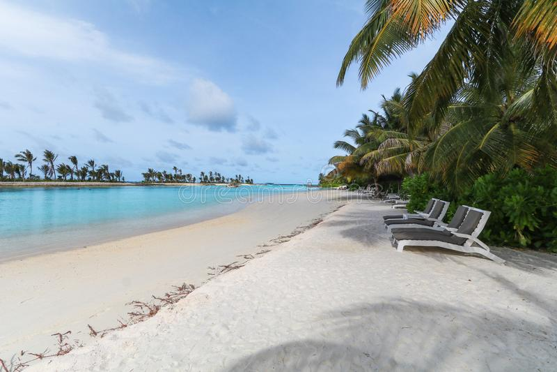 Ilha de surpresa em Maldivas, nas ?guas bonitas de turquesa e no Sandy Beach branco com fundo do c?u azul para f?rias do feriado imagens de stock