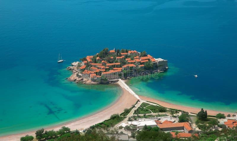 Ilha de Sveti Stefan em Budva em um dia de verão bonito, Monteneg fotos de stock royalty free