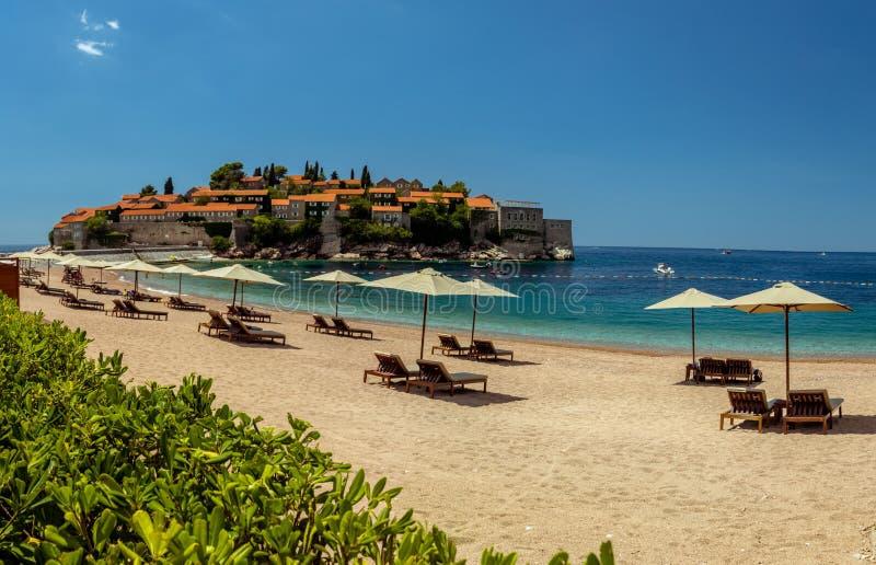 Ilha de Sveti Stefan em Budva em um dia de verão bonito, Monteneg imagens de stock royalty free