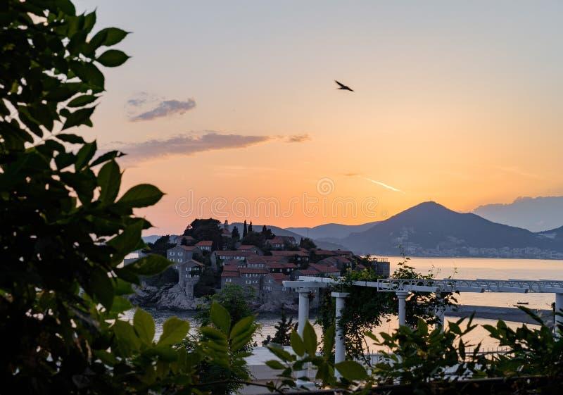 Ilha de Sveti Stefan no por do sol Montenegro, o mar de adriático, imagens de stock