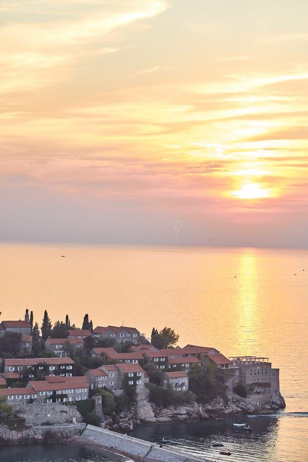 A ilha de Sveti Stefan O recurso de Montenegro Por do sol na ilha de Sveti Stefan imagem de stock royalty free