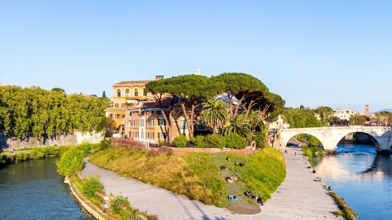 Ilha de Tiberina no rio de Tibre, Roma Itália fotos de stock