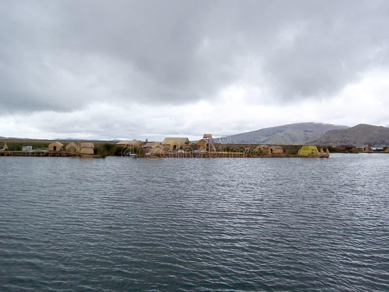 ILHA de UROS - LAGO TITICACA - PERU, o 3 de janeiro de 2007: Uros Islands de flutuação no lago Titicaca, Peru imagens de stock
