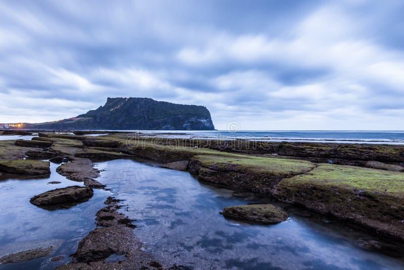 A ilha de vulcão bonita de Seongsan Ilchulbong aumenta do mar no leste de Jeju Coreia do Sul Ásia fotografia de stock royalty free