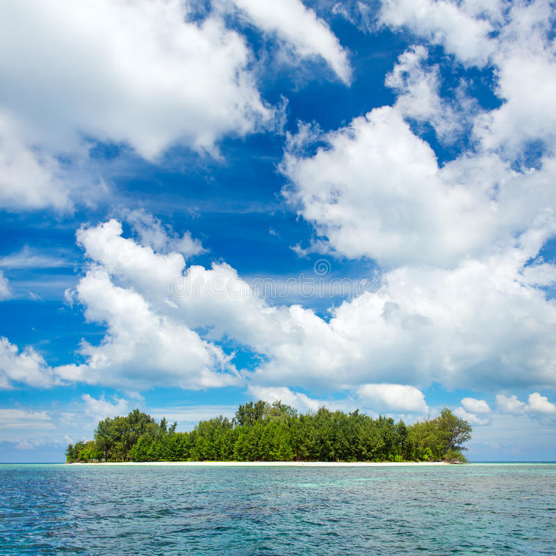 Ilha desinibido bonita no arquipélago de Karimunjawa fotos de stock
