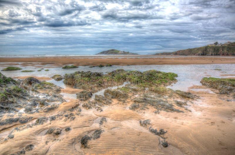 Ilha Devon sul do Burgh com alga e rochas no primeiro plano em HDR foto de stock royalty free
