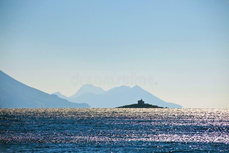 Ilha distante do farol da Croácia da costa de mar imagem de stock