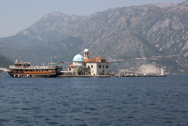 Ilha do artesanato nossa senhora das rochas na baía de Boka Kotorska montenegro fotografia de stock